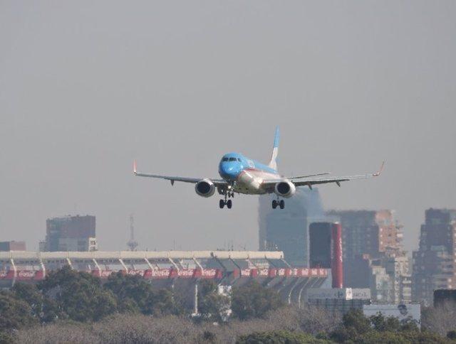 Archivo -    Este martes un avión de Aerolíneas Argentinas despegó de Ezeiza, con destino Miami, cuando se declaró una emergencia médica a bordo debido a un niño que sufrió una grave lesión en sus pulmones. La tripulación del vuelo AR 1302 decidió aterriz