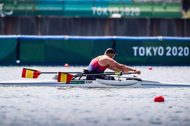 Javier Reja durante las series clasificatorias de scull individual en los Juegos Paralímpicos de Tokio