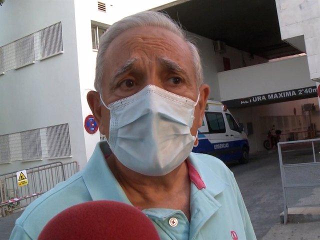 José Antonio Rodriguez ofrece el último parte médico sobre el estado de salud de Amador Mohedano a su llegada al hospital de Jerez de la Frontera.