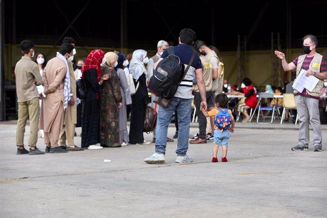 Varios refugiados afganos llegan a la base aérea de Torrejón de Ardoz a 24 de agosto de 2021, en Madrid (España).