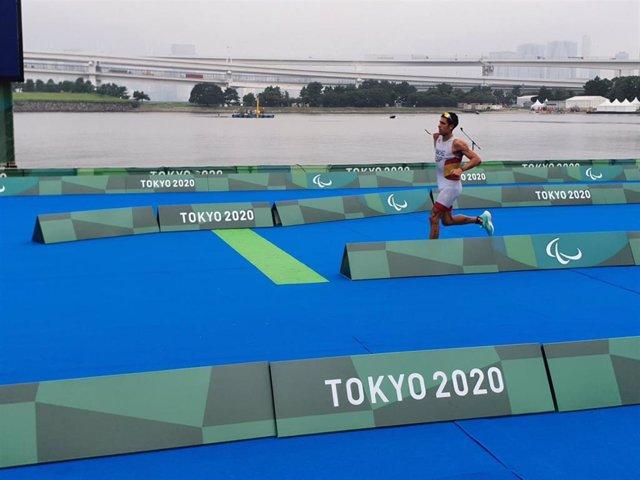 Alejandro Sánchez Palomero durante el triatlón PTS4 de los Juegos Paralímpicos de Tokio.