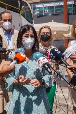 La ministra de Sanidad, Carolina Darias, ofrece declaraciones a los medios, durante su visita a la 'vacuguagua'