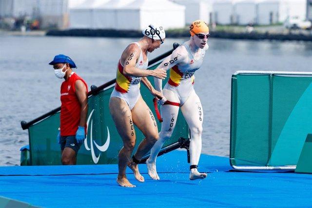 Susana Rodríguez y su guía Sara Loehr salen del agua en el triatlón de los Juegos Paralímpicos de Tokio