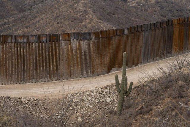 Archivo - Muro levantado por Estados Unidos en la frontera con México, en el estado de Arizona