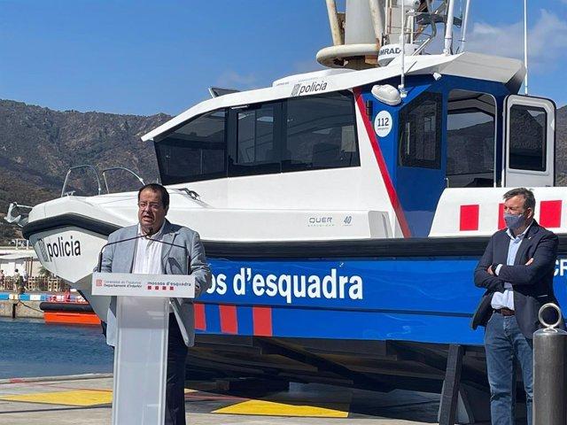 El conseller d'Interior, Joan Ignasi Elena, durant la presentació d'una embarcació marítima dels Mossos d'Esquadra