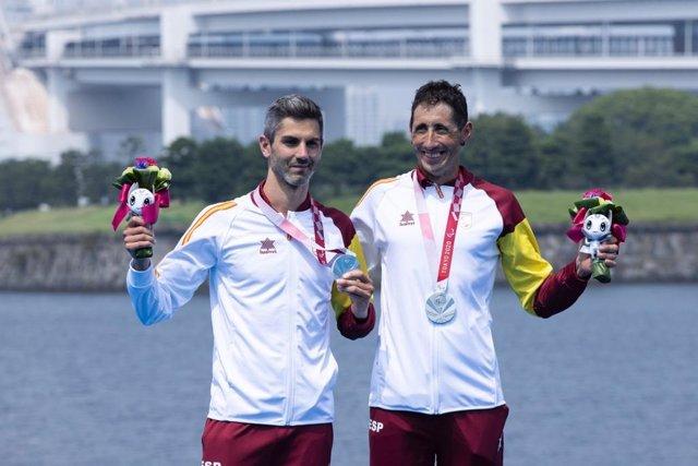 Héctor Catalá (izda) y su guía Gustavo Rodríguez con su medalla de plata en los Juegos Paralímpicos de Tokio