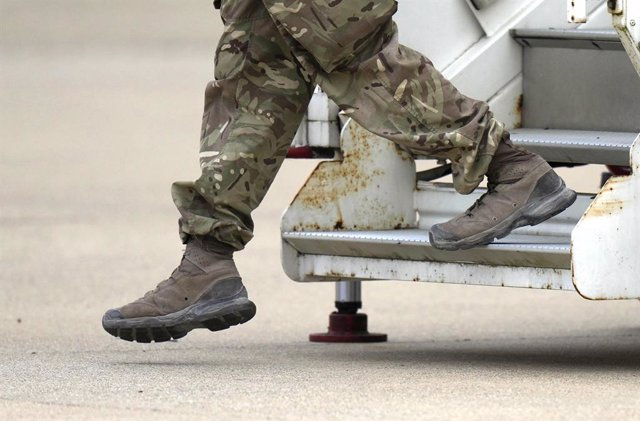 28 August 2021, United Kingdom, Brize Norton: A member of the British armed forces 16 Air Assault Brigade disembarks a RAF Voyager aircraft after landing at RAF Brize Norton, following his return from helping in operations to evacuate people from Kabul ai