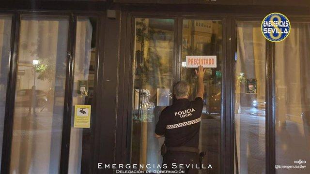 Archivo - La Policía Local precinta un local