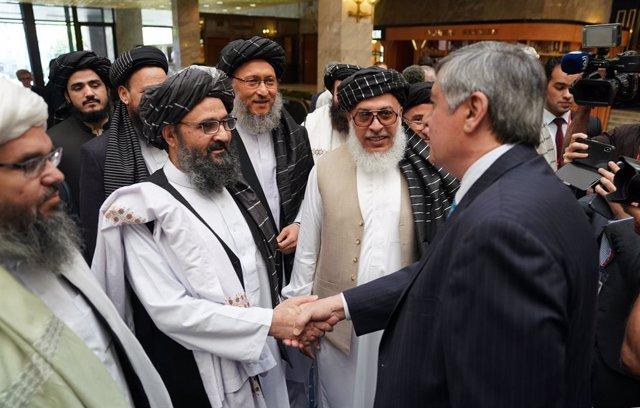 Archivo - El líder de la oficina política talibán en Qatar, el mulá Abdul Ghani Baradar, saluda a un alto cargo del Ministerio de Exteriores ruso en una reunión en Moscú