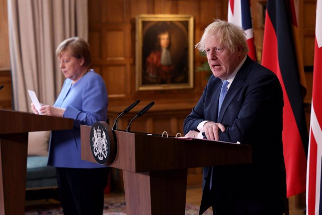 Archivo - 02 July 2021, United Kingdom, Buckinghamshire: UK Prime Minister Boris Johnson (R) and German Chancellor Angela Merkel, hold a joint press conference after their meeting at Chequers, the country house of the Prime Minister of the United Kingdom,
