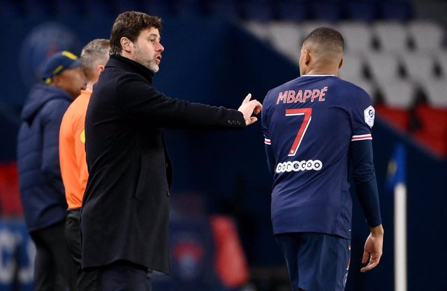 Archivo - 14 March 2021, France, Paris: PSGCoach Mauricio Pochettino (L) gives instructions to Kylian Mbappe during the French Ligue 1 soccer match between Paris Saint-Germain and FC Nantes at Le Parc des Princes stadium. Photo: Franck Fife/AFP/dpa