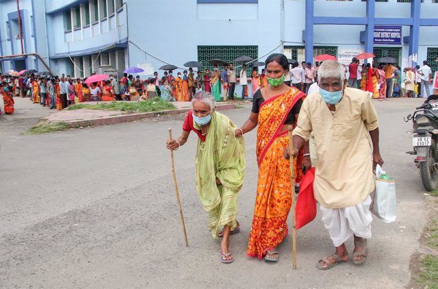 20 August 2021, India, Balurghat: Elderly people leave a government hospital near Balurghat after receiving Covid-19 vaccination. Photo: Majidur Sardar/PTI/dpa
