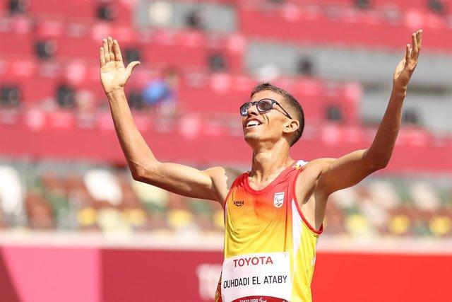 Yassine Ouhadi L'Ataby celebra el seu or en els 5000 m T13 dels Jocs Paralímpics de Tòquio