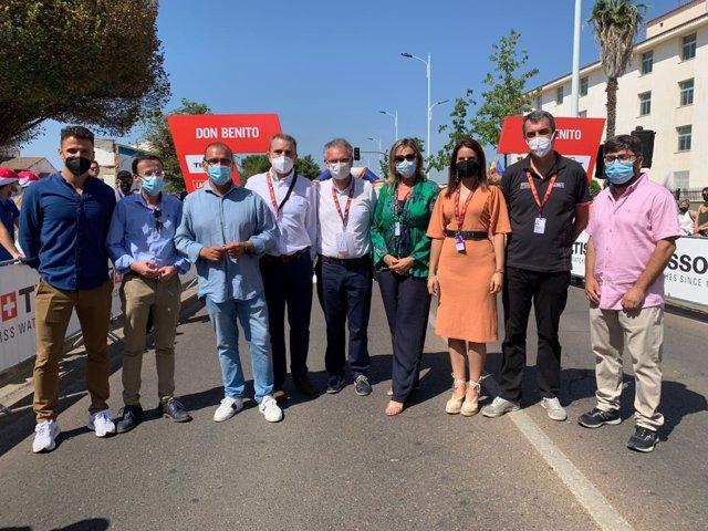 Autoridades en la salida de la etapa de La Vuelta en Don Benito.