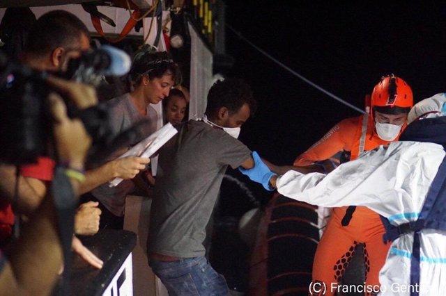 Archivo - Ocho personas son evacuadas del Open Arms por motivos médicos