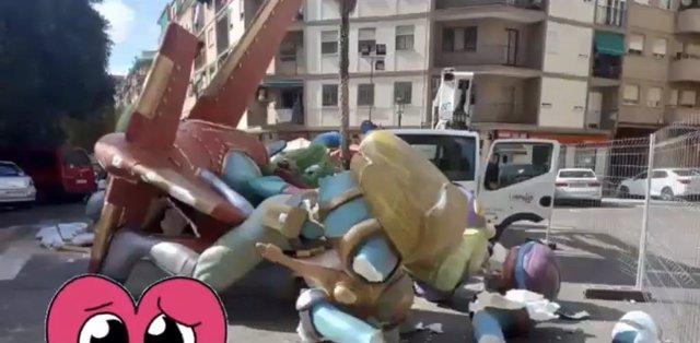 Cae el monumento de la falla Calvo Acacio de València