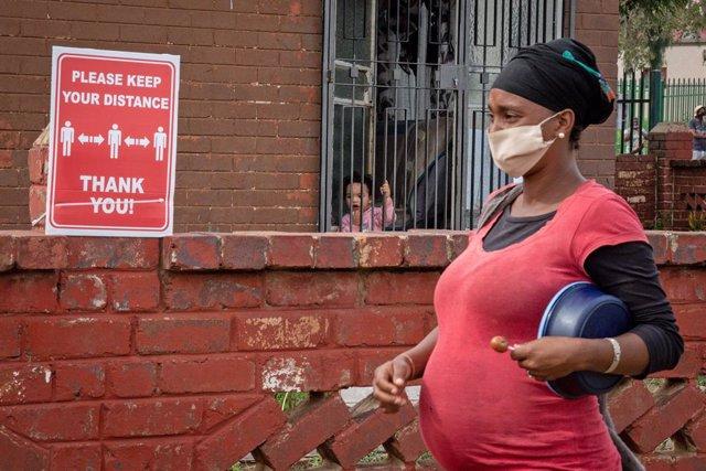 Archivo - Una mujer con mascarilla en Sudáfrica