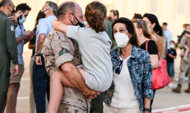 La ministra de Defensa, Margarita Robles, recibe a los últimos militares españoles que han participado en la repatriación de afganos