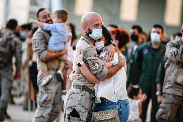 El reencuentro de los militares con sus familiares ha tenido lugar en las pistas de la Base Aérea.