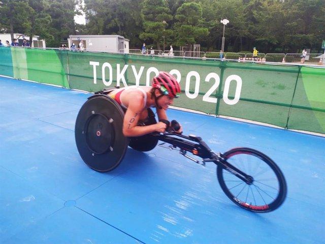 La triatleta Eva Moral durante su prueba de los Juegos Paralímpicos de Tokio