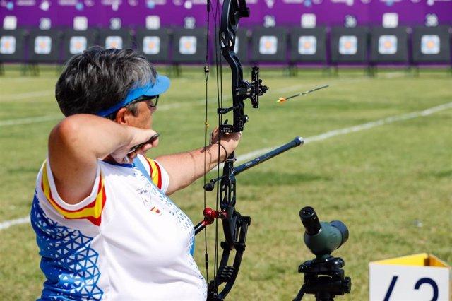 Carmen Rubio lanza una flecha durante las clasificatorias de arco compuesto de los Juegos Paralímpicos de Tokio