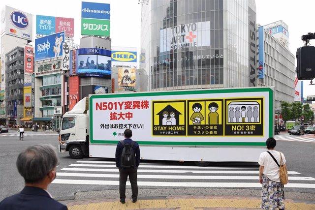 Archivo - Camión en Tokio con indicaciones para frenar los contagios de coronavirus