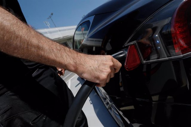 Archivo - Punto de recarga de coches eléctricos