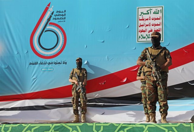Archivo - 26 March 2021, Yemen, Sanaa: Houthi fighters stand guard during a rally marking the sixth anniversary of the launch of the Saudi-led coalition's military intervention in the country. Photo: Hani Al-Ansi/dpa