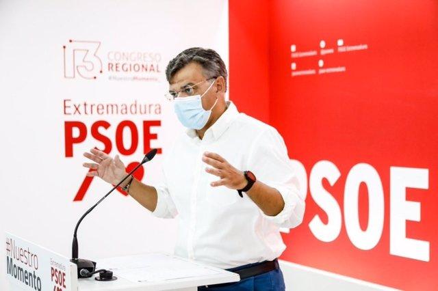 El portavoz del PSOE de Extremadura, Juan Antonio González, en rueda de prensa
