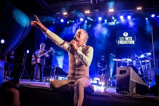 El cantante de Els Pets, Lluís Gavaldà, durante su actuación en el festival Les Nits d'Acústica.