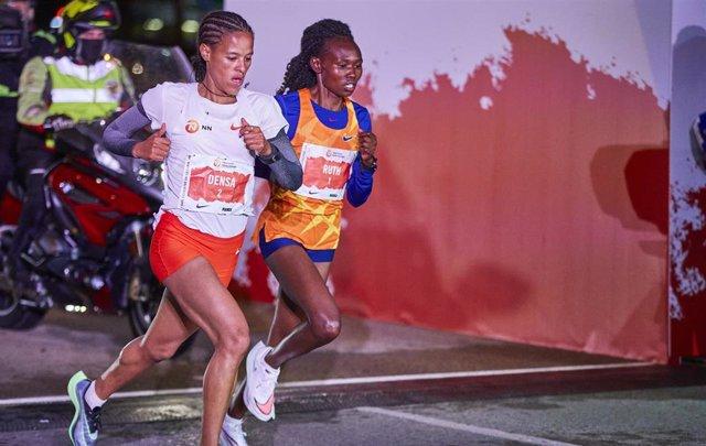 Archivo - La atleta etíope Yalemzerf Yehualaw Densa (i) y la corredora keniata Ruth Chepngetich (d) en la carrera San Silvestre Vallecana 2020