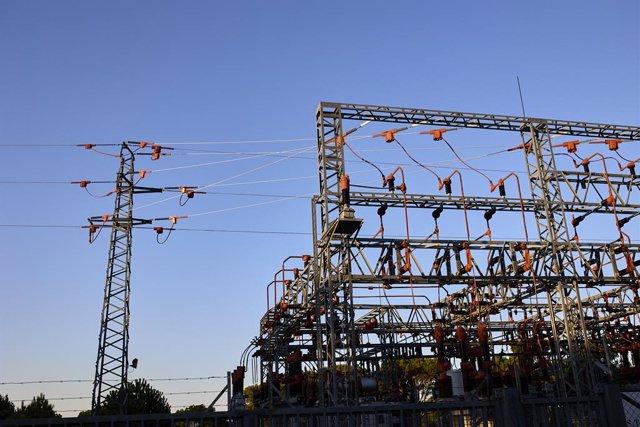 Una central elèctrica, a 21 d'agost de 2021, a Madrid (Espanya). El preu mitjà diari de l'electricitat al mercat majorista caurà aquest diumenge un 8,74%, per la qual cosa descendeix per segona jornada consecutiva, encara que es mantindrà per sobre dels 1
