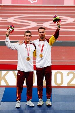 Gerard Descarrega y su guía Guillermo Rojo celebran la medalla de oro en los 400 m T11