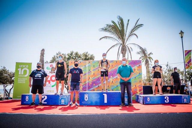 Los triatletas Bruno Raso y Ana Gay, campeones absolutos del V Triatlón Cros Ciudad de Roquetas