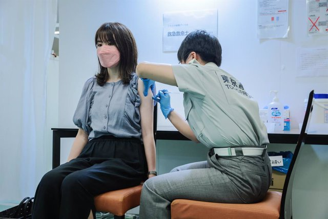 02 August 2021, Japan, Tokyo: A woman receives a dose of the coronavirus vaccine at the Tokyo Vaccination Centre at Aoyama University. Photo: Stanislav Kogiku/SOPA Images via ZUMA Press Wire/dpa