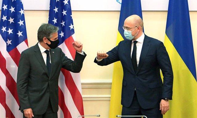Archivo - 06 May 2021, Ukraine, Kyiv: Ukrainian Prime Minister Denys Shmyhal (R)and USsecretary of state Antony Blinken greet each other before their meeting. Photo: -/Ukrinform/dpa