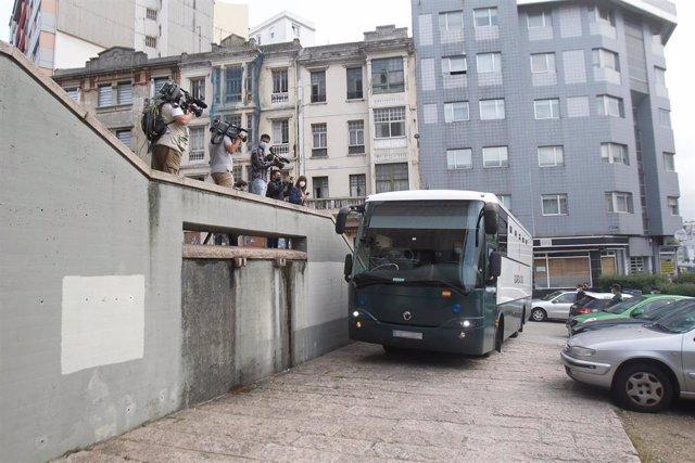 Autobús de la Guardia Civil con detenidos por el crimen de Samuel Luiz con motivo de su comparecencia en el juzgado