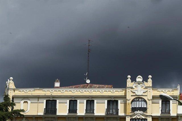 Archivo - Nubes de tormenta.