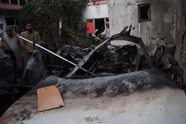 Vehículo dañado tras un ataque en Kabul