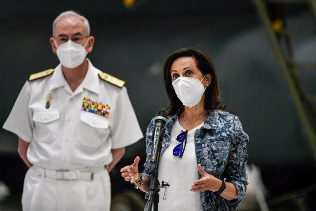 La ministra de Defensa, Margarita Robles, i el cap de l'Estat Major de la Defensa, l'almirall general Teodoro I. López Calderón, després de rebre els últims militars espanyols que han participat en la repatriació d'afganesos i col·laboradors.