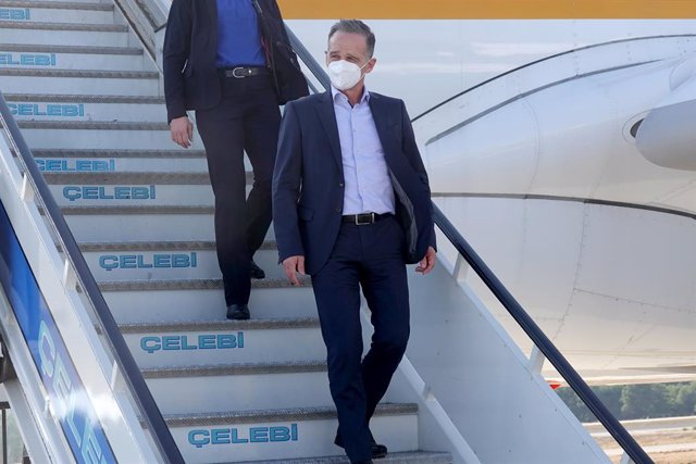 29 August 2021, Turkey, Antalya: German Foreign Minister Heiko Maas disembarks the plane upon arrival at the airport in Antalya. A few days after the end of the Bundeswehr airlift, Foreign Minister Maas is visiting countries that play a role in the contin