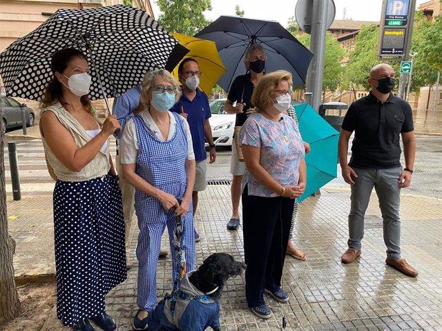 La portavoz del PP en Cort, Mercedes Celeste, acompañada de miembros de la Asociación de Vecinos de Plaza del Tubo