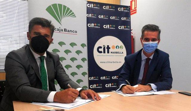 El director de Área de Marbella de Unicaja Banco, Francisco Jimena López, y el presidente de CIT Marbella, Juan José González Ramírez, en la firma de un acuerdo