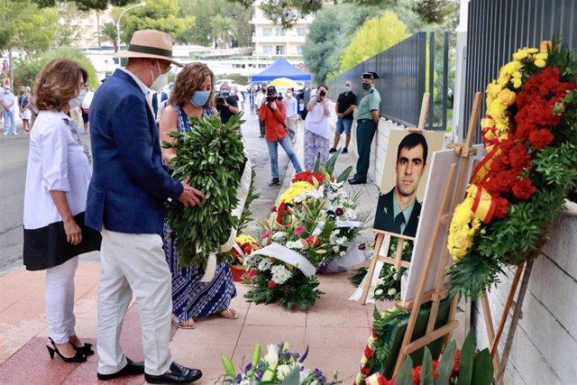 Los padres de Diego Salvà, Antonio Salvà y Montse Lezaun, acompañados de la presidenta del Govern, Francina Armengol, depositan una ofrenda floral en el homenaje realizado en Calvià.