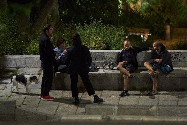 Archivo - Varios jóvenes se concentran en el Parque de las Vistillas de Madrid