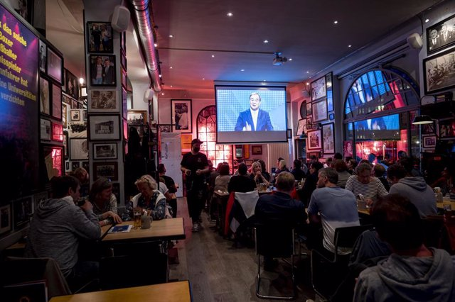 29 August 2021, Berlin: Visitors of the pub Standige Vertretung follow the Armin Laschet, Minister President of North Rhine-Westphalia and candidate for chancellor of the Christian Democratic Union (CDU), as he takes part in the first TV discussion on RTL