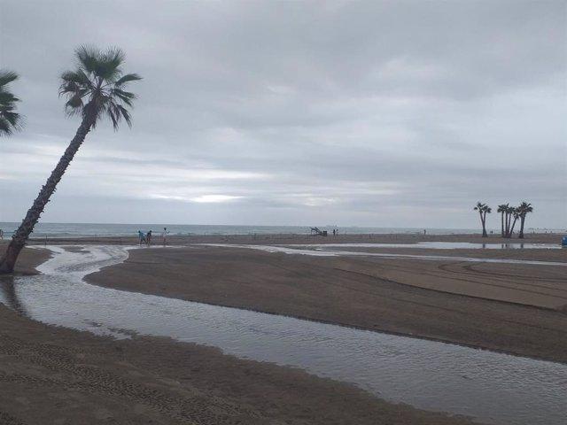 La playa de Canet d'en Berenguer, tras las lluvias torrenciales de este lunes