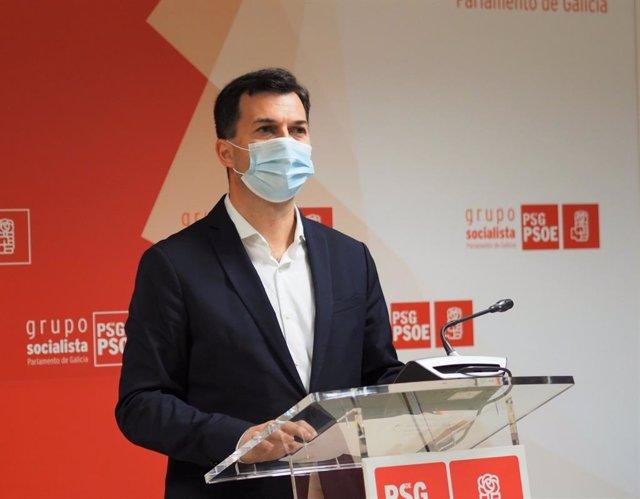 El secretario xeral del PSdeG, Gonzalo Caballero, en rueda de prensa en el Parlamento gallego