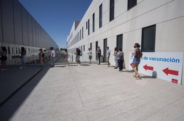 Archivo - Un grupo de jóvenes esperan para recibir la primera dosis de la vacuna Pfizer en el Hospital Zendal