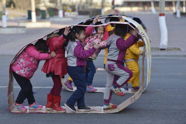 Archivo - Un grupo de niñas juega en un colegio de China